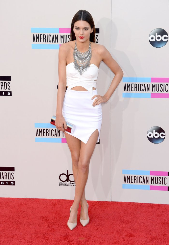 Presenter-Kendall-Jenner-showcased-her-model-frame-white-cutout-mini-one-heck-statement-necklace